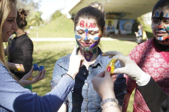 Calouros participam de brincadeiras no campus