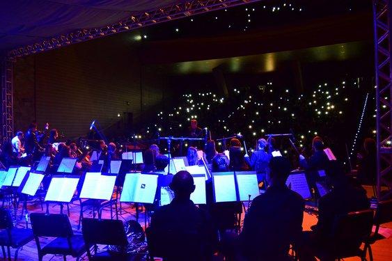 Luzes das câmeras e celulares contribuem com a parte visual do espetáculo