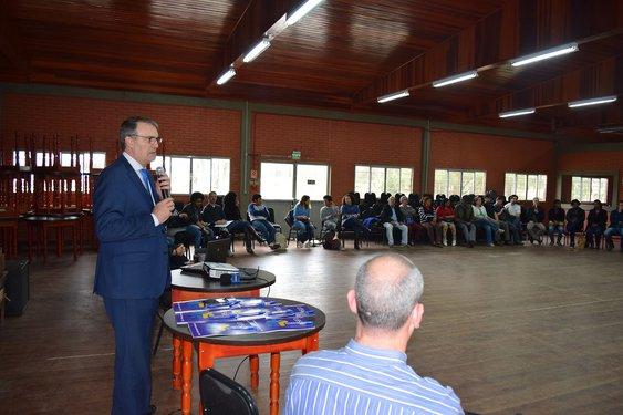 Reitor Paulo Burmann (ao microfone) participou do encontro, que ocorreu no DTG Noel Guarany