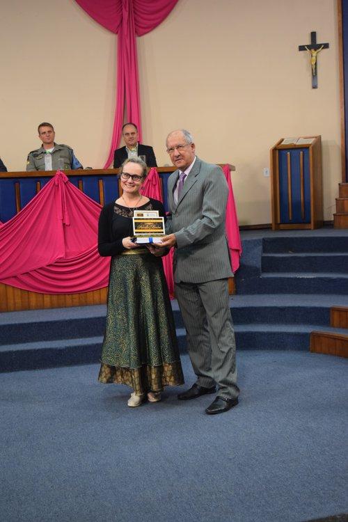 Vereador Maneco Badke entregou Prêmio Paulo Freire para professora Giuliana Redin
