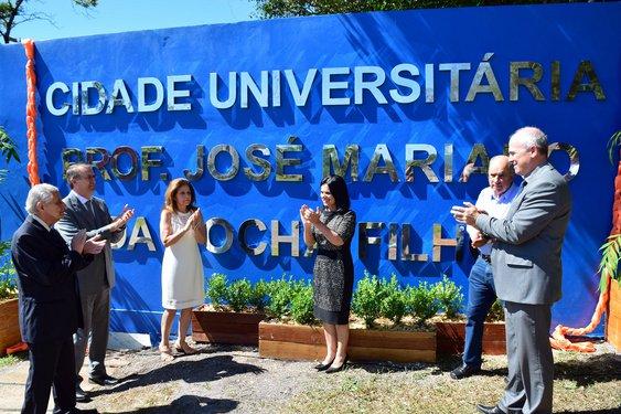 Reitor, vice-reitor, ex-reitor e familiares de Mariano estiveram presentes na inauguração. Crédito foto: Mariana Flores