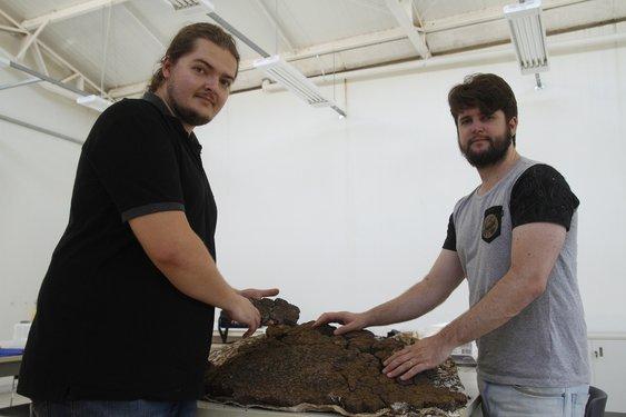 Paleontólogos Flávio Pretto (à esq.) e Leonardo Kerber participaram da coleta do fóssil. Crédito foto: Gilvan Peters