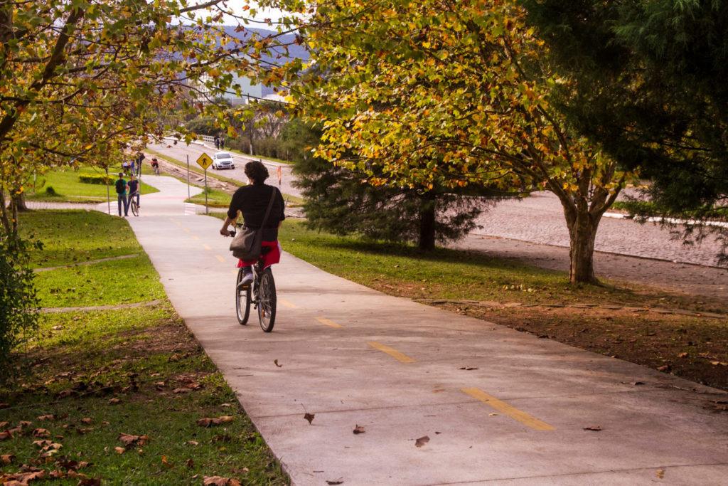 Homem andando de bicicleta na pista multiuso