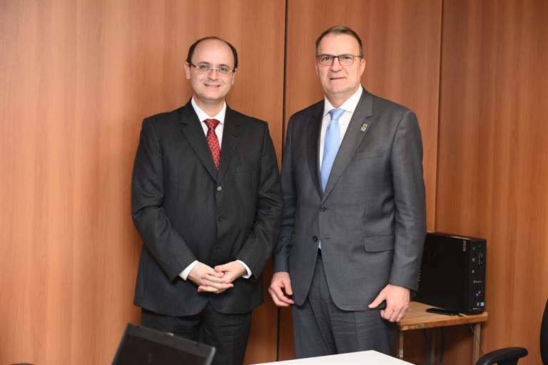 Foto do ministro Rossieli Soares da Silva ao lado do reitor da UFSM. Ambos estão em pé