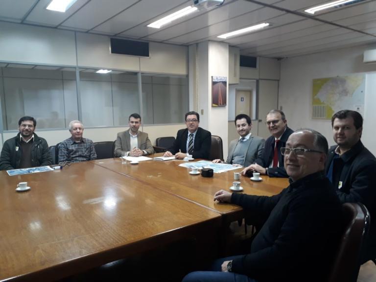 Foto de reunião com seis pessoas sentadas, incluindo o reitor e o professor