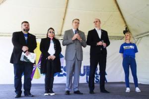 No palco, em pé, organizadores do Descubra com o reitor e o vice