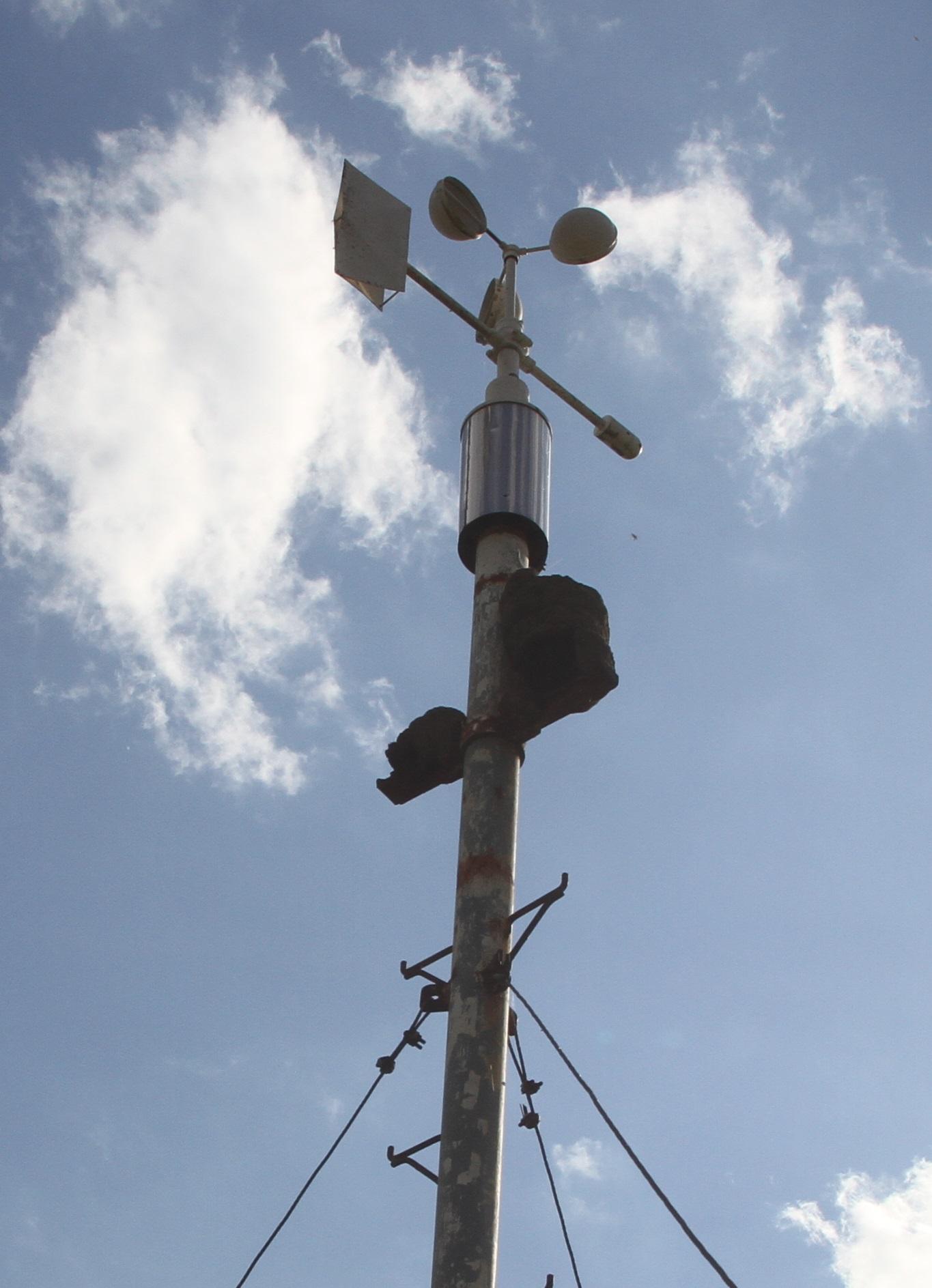 Imagem de instrumento semelhante a um poste de luz com dois semicírculos na ponta