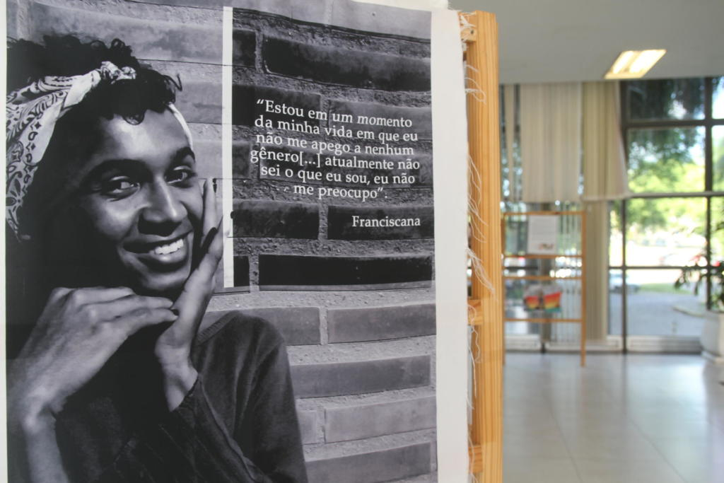 Painel com foto de pessoa negra no hall da Reitoria