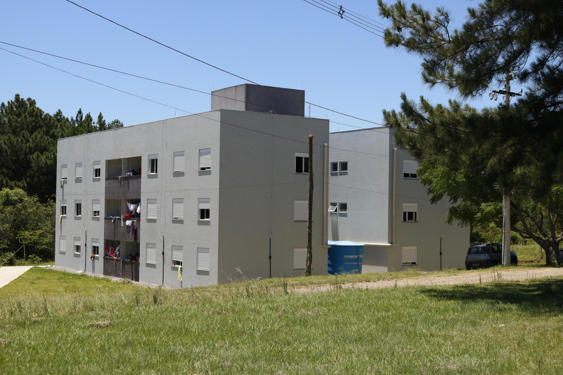Dois prédios cinzas de três andares