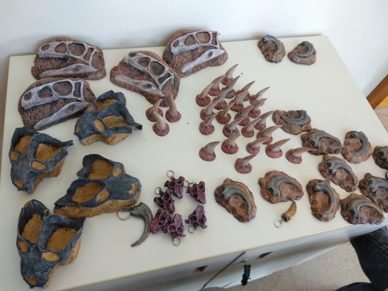 Vários souvenires de fósseis, incluindo chaveiros e réplicas de crânios de dinossauros