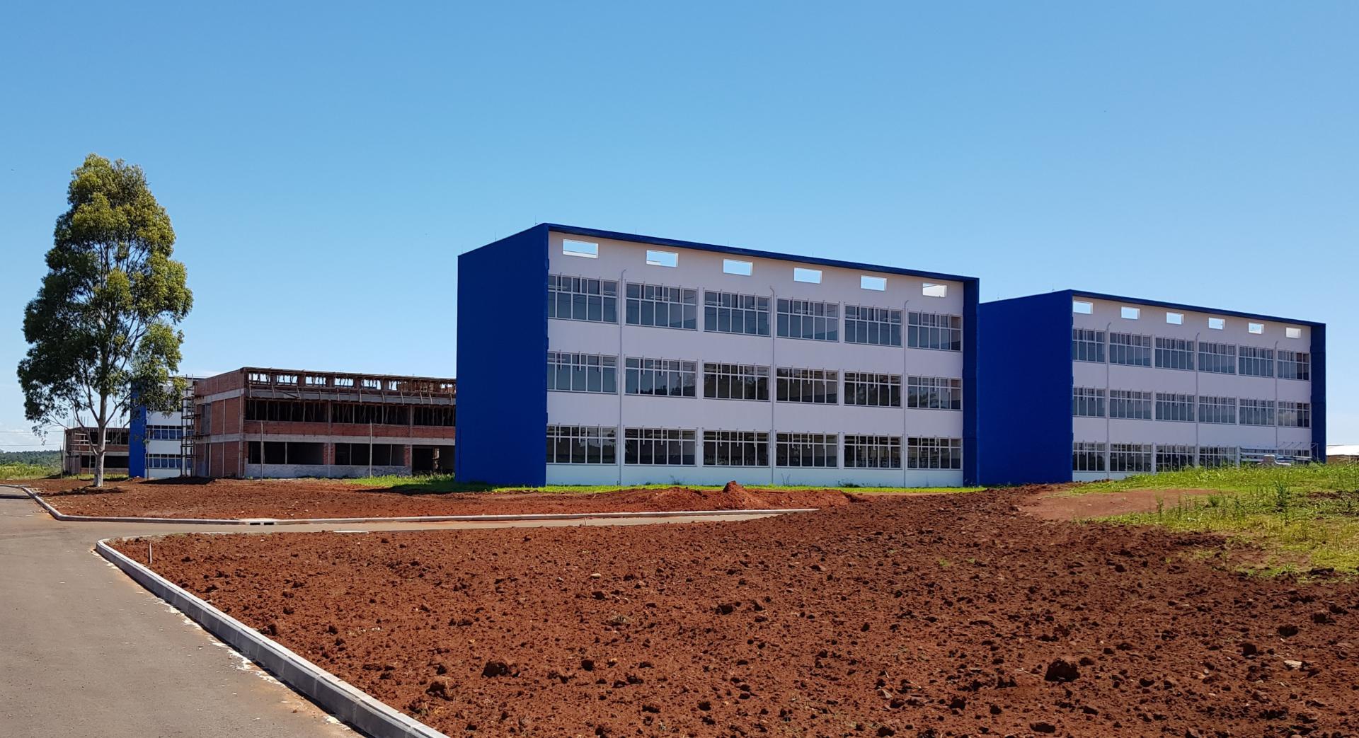 Foto colorida horizontal mostra prédios em construção e já finalizados