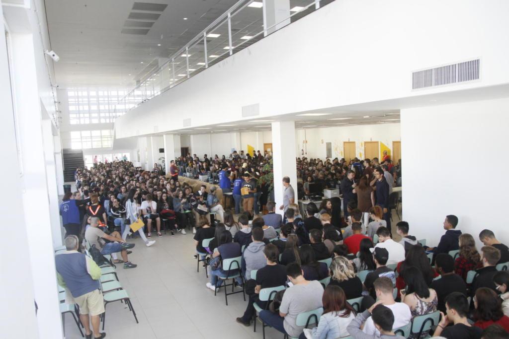 Hall do Centro de Convenções lotado de candidatos sentados para o processo da chamada oral
