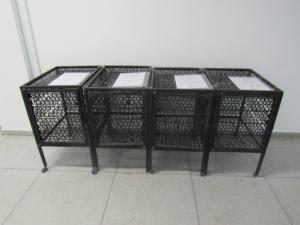 Foto horizontal mostra quatro dos guarda-volumes, de cor preta, em um corredor