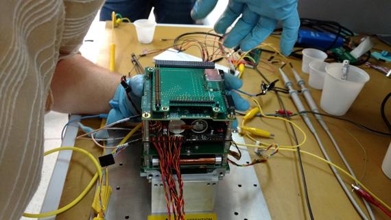Dispositivo eletrônico retangular composto de várias placas