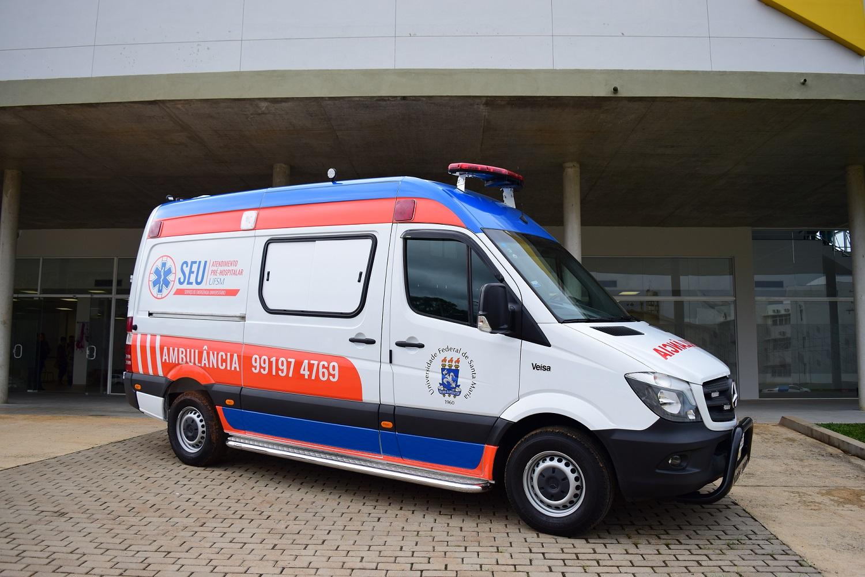 Foto colorida horizontal mostra a ambulância do serviço, estacionada em frente ao centro de convenções