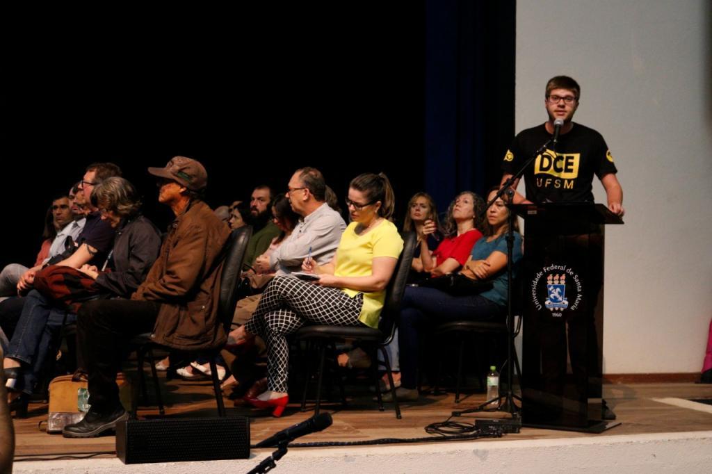 Estudante Rodrigo Poletto falou em nome do DCE