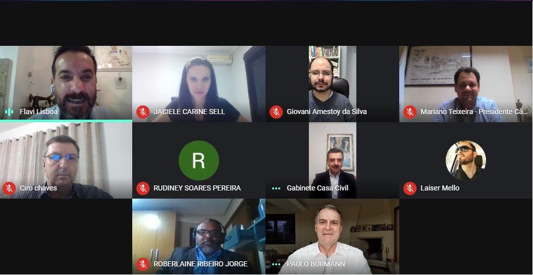 Foto colorida horizontal mostra uma tela com uma reunião virtual, com 10 participantes