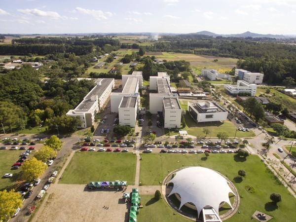 Foto aérea do campus sede com Planetário e prédios do CCSH ao fundo
