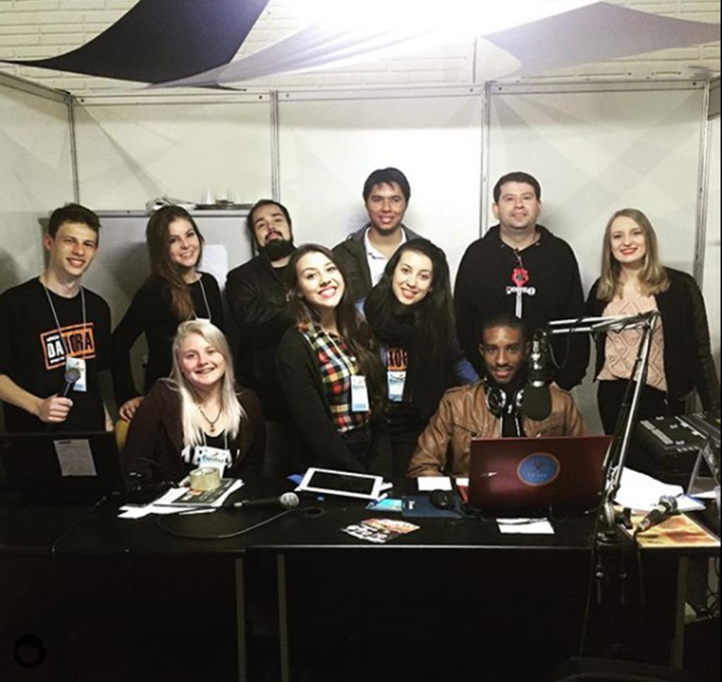 Foto quadrada de 10 pessoas em um estúdio de rádio