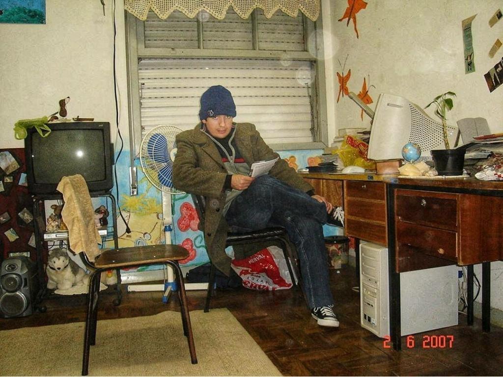 Estudante sentado em uma sala da Casa do Estudante
