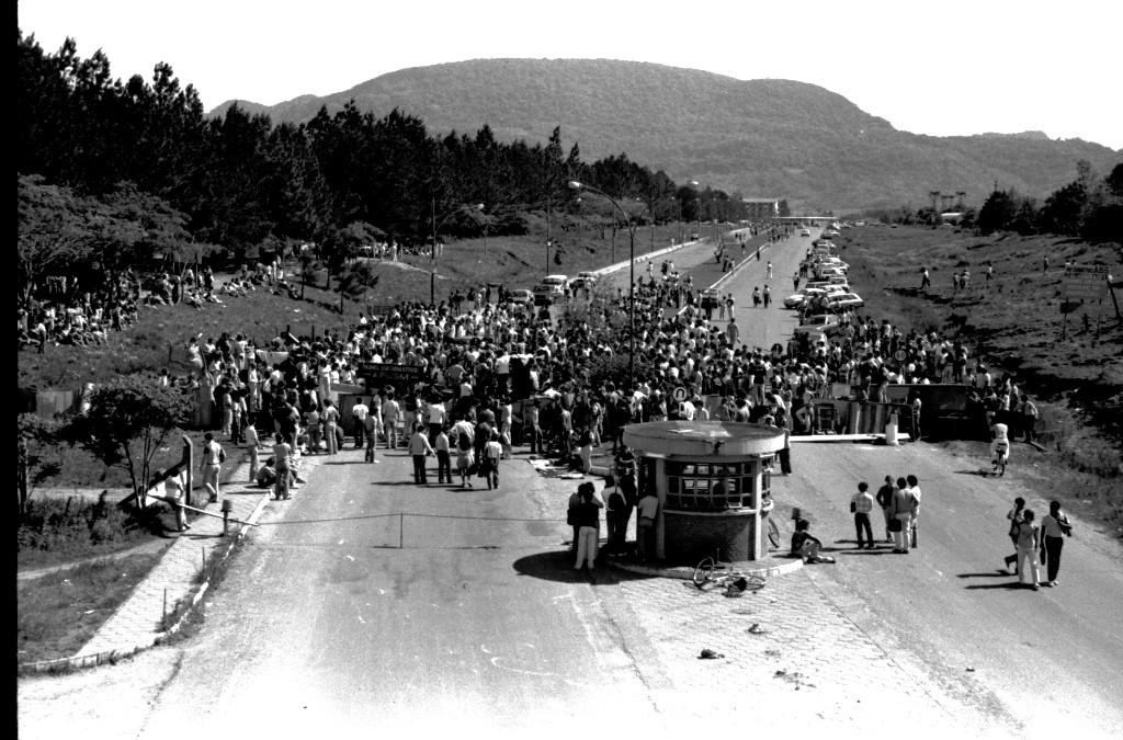 Barricada de estudantes na entrada do campus sede em 1986