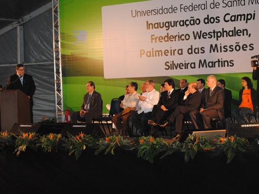 Foto horizontal de evento solene com pessoas em pé num palco, Inauguração das Unidades de Frederico Westphalen, Palmeira das Missões e Silveira Martins