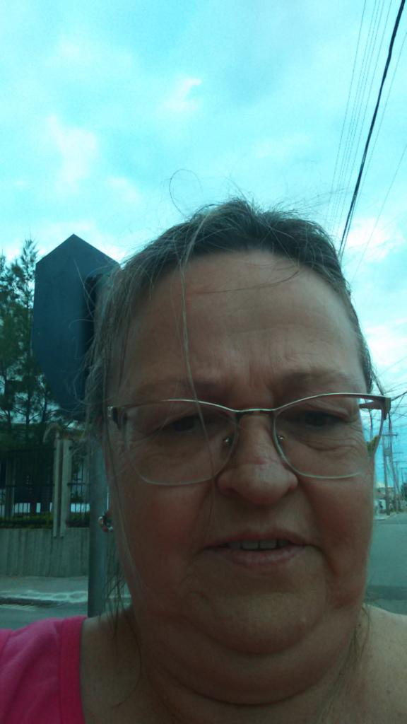 Foto vertical, selfie de uma mulher