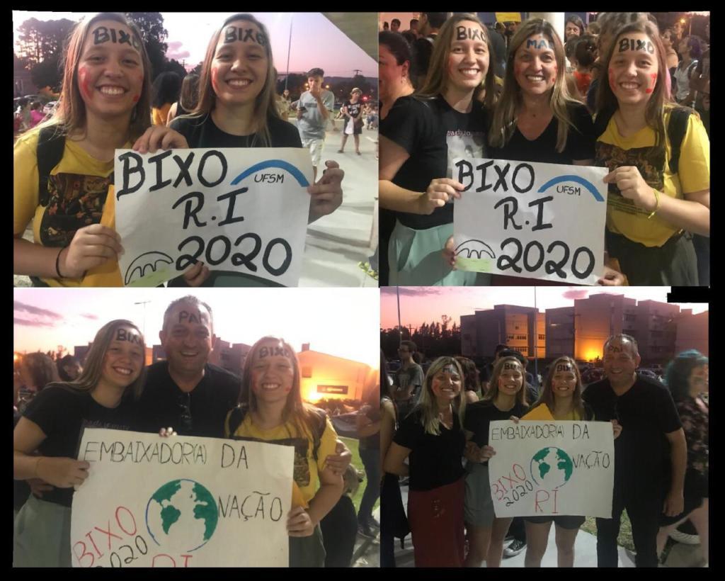 Montagem de 4 fotos: na primeira duas moças pintadas de bixo segurando cartaz falando Bixo RI 2020, segunda foto com duas moças e uma mulher segurando o mesmo cartaz, terceira foto com duas moças e um homem segurando cartaz dizendo Embaixadora d Nação e quarta foto com os quatro segurando o último cartaz