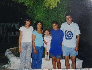 Foto colorida com cinco pessoas, uma ao lado da outra