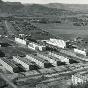 Foto horizontal preto e branca aérea do campus sede com os cinco prédios básicos, CAL, CCR, CCNE e CT de um lado da Av. Roraima e Biblioteca Central e HUSM do outro lado.