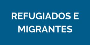card azul com as palavras refugiados e migrantes em branco