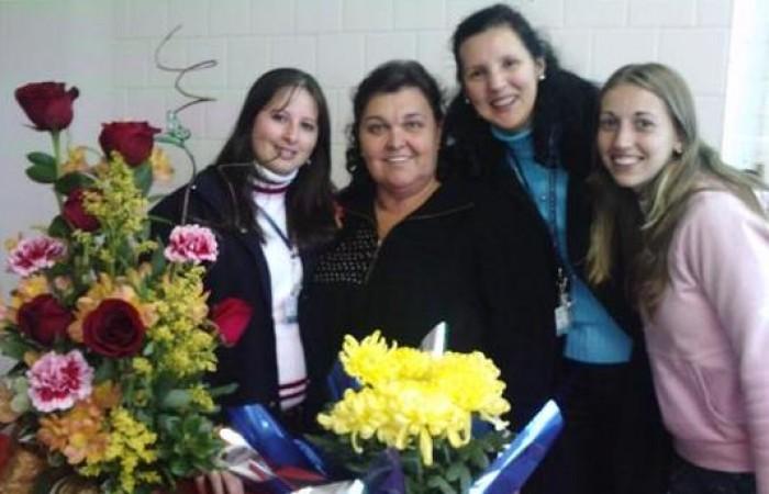 4 mulheres brancas sorrindo.