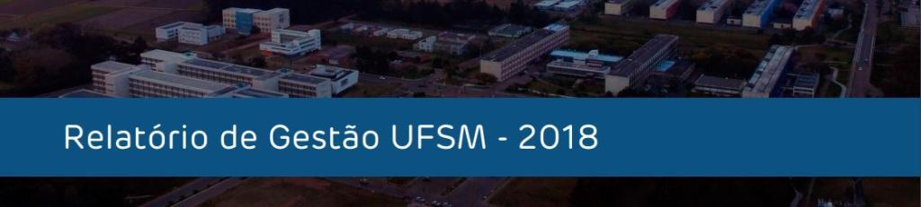 """Fundo com prédios e árvores. À frente, uma faixa azul com a frase, em branco, """"Relatório de Gestão UFSM - 2018"""""""