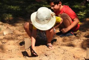 """Crianças brincam de """"paleontólogos"""" por um dia na atividade de caça ao fóssil na primeira edição do Paleodia."""