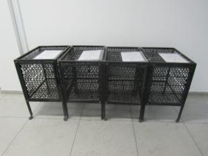 Fotografia horizontal com quatro guarda volumes, em metal de cor preta