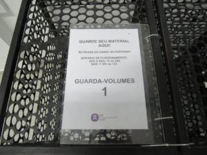 Fotografia horizontal de um guarda volumes com instruções de uso