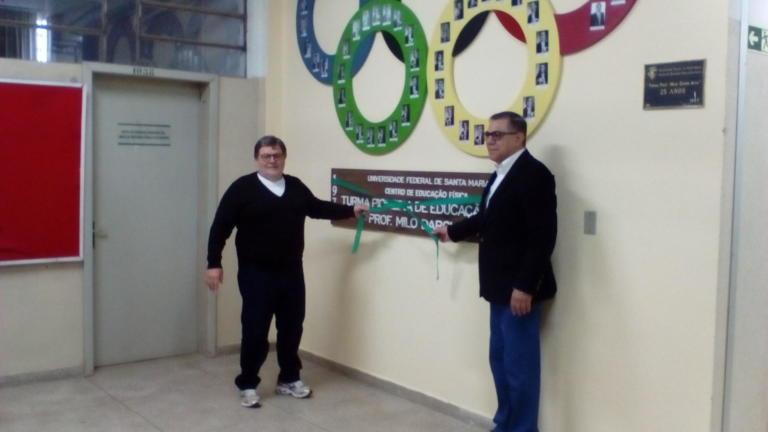 Ex-aluno, ex-docente e ex-diretor do CEFD, Valdir Bairros Duarte descerra o novo quadro da Turma Pioneira, ao lado do autual Diretor