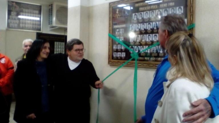 Prof. Rosalvo e ex-alunos descerram o quadro da Turma de formandos de 1984