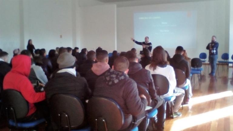 Prof. Gustavo Duarte, Vice-diretor do CEFD, recepciona os novos alunos