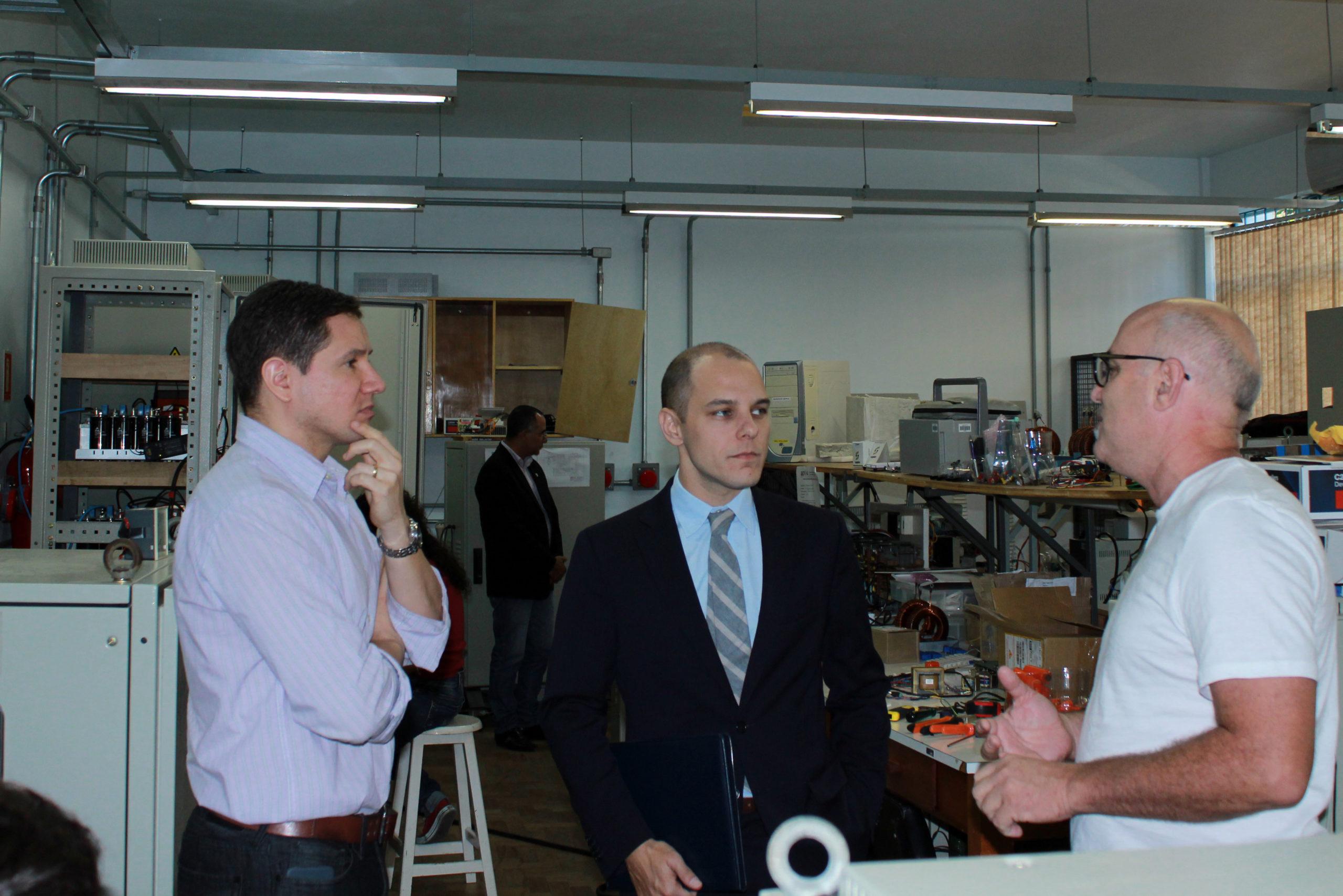 Acima: O vice-diretor do Centro de Tecnologia, Deividi Pereira, o cônsul dos EUA, John Jacobs, e o professor Humberto Pinheiro que conversou um pouco sobre as atividades realizadas pelo GEPOC.