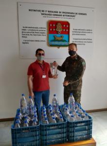 Entrega da doação de álcool glicerinado ao 3° Batalhão de Engenharia de Combate (3º BE Cmb). Foto: arquivo Rogério Brittes