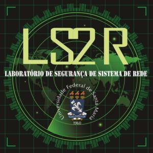 """Identidade visual do laboratório LS2R. Fundo preto, com mapa mundi desenhado em verde. Na parte superior da imagem, à frente do mapa, está escrito LS2R em fonte cor amarela. Abaixo de LS2R, em branco, está escrito """"Laboratório de Segurança de Sistema de Rede"""". Abaixo, ainda, o brasão oficial da UFSM."""