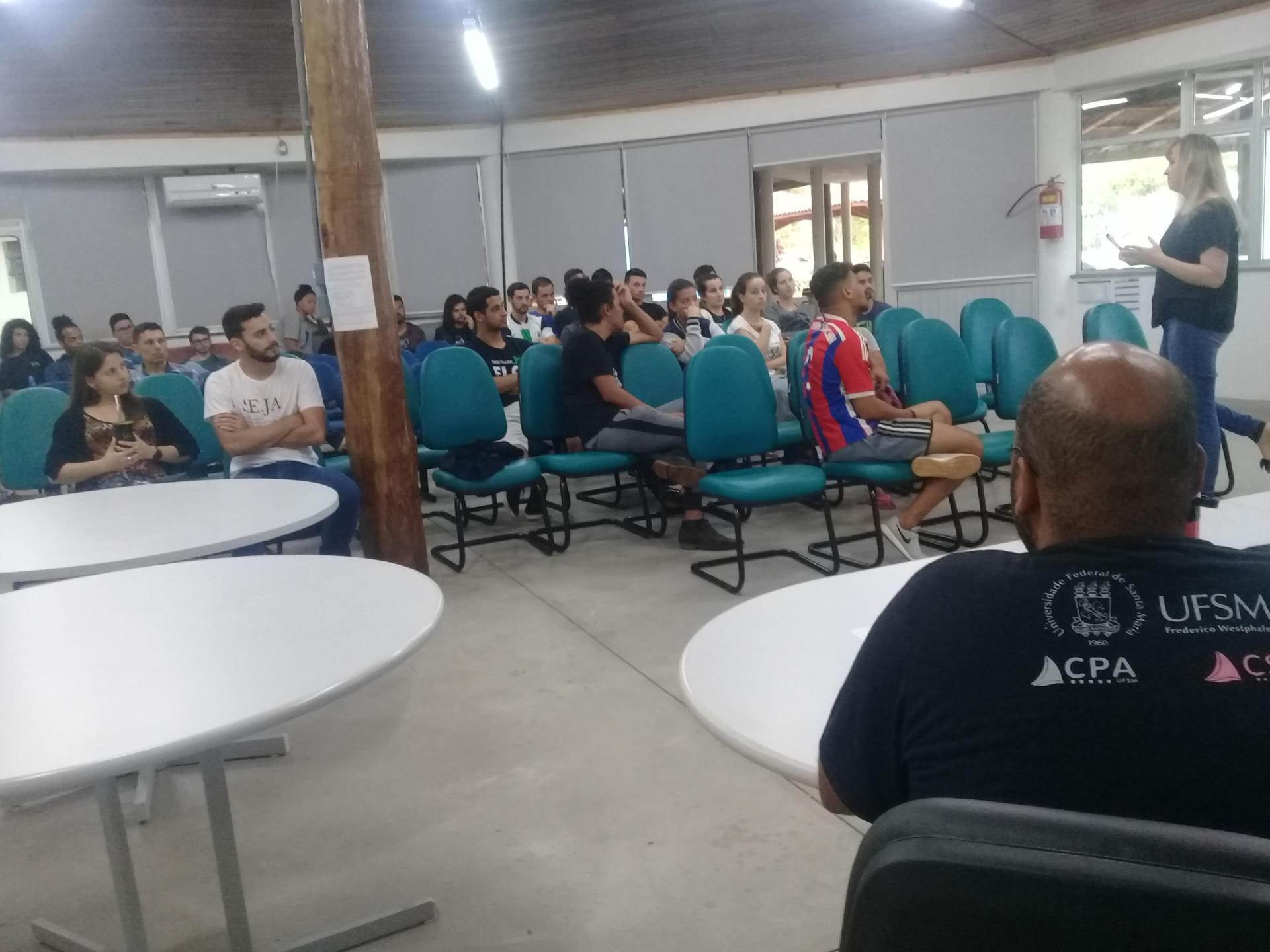 Foto da eleição no Centro de Convivência da UFSM-FW, com os moradores da CEU IV