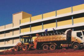Trabalhadores recebem material para finalizar as obras da nova ala do primeiro prédio do CESNORS da UFSM.