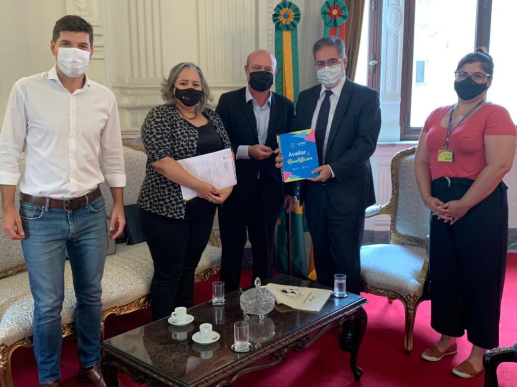 Prof. Bráulio e Prof. Eliane com o Secretário Chefe Adjunto da Casa Civil Bruno Pinto de Freitas