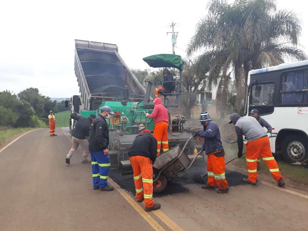 Imagem com trecho de acesso à UFSM-FW. Aparecem na imagem trabalhadores realizando manutenção do asfalto.