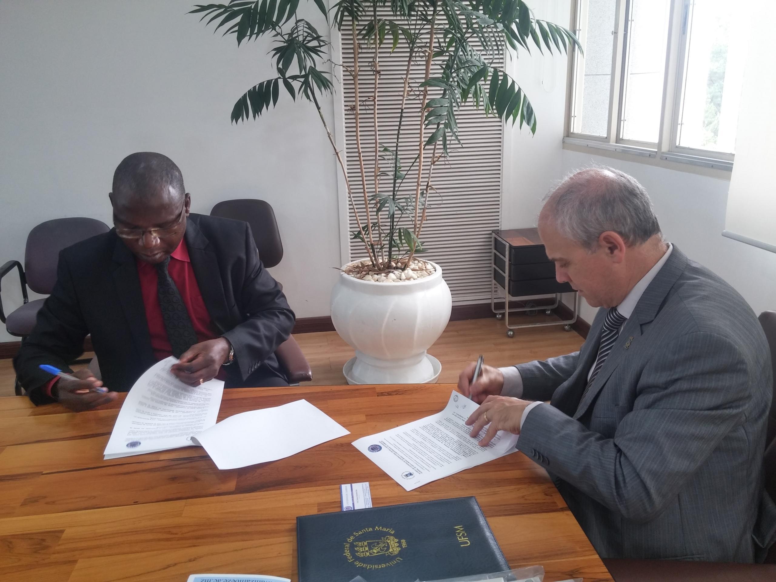 12 09 2017 Assinatura acordo Unizambeze Mirian Quadros 3