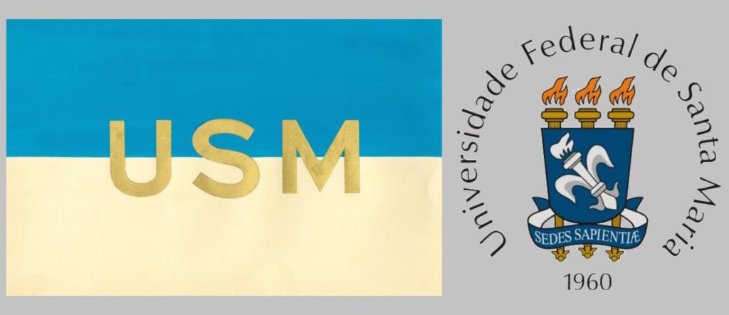 """Fotografia retangular horizontal de fundo cinza com bandeira da USM e brasão da UFSM. A imagem divide-se em duas partes, à esquerda, a bandeira que ocupa sessenta por cento da largura da imagem e, à direita, o brasão. A bandeira tem a forma de um retângulo horizontal dividido em duas partes. A parte superior é azul e a inferior é amarela. Ao centro da bandeira, sobre a junção das cores, em letras maiúsculas douradas, USM. O brasão é composto por quatro elementos: escudo, flor-de-lis, archotes e lema. Todos contornados por fino traço preto. O escudo, na cor azul, ocupa a maior parte do brasão. Tem a forma de um retângulo vertical com a base arredondada e levemente afunilada. Centralizada no escudo, uma grande flor-de-lis estilizada, inclinada à esquerda, formada por um archote aceso entre duas pétalas espelhadas, em dois tons de prata. Atrás do escudo, três archotes dourados, frisados verticalmente, posicionados lado a lado, dos quais se veem apenas as extremidades. Acima do escudo, as pontas dos archotes com chamas alaranjadas. Abaixo do escudo, as bases dos archotes entrelaçadas por um listel azul com o lema """"Sedes Sapientiae"""", em letras maiúsculas, na cor prata. Circundando o brasão no sentido horário, em letras garrafais pretas: """"Universidade Federal de Santa Maria, 1960"""", com o ano centralizado na base."""