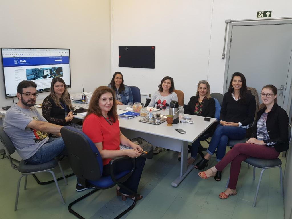 Foto da equipe do DAG com a equipe da UFPR nas instalações do DAG.