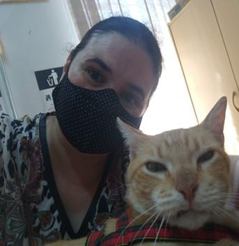 Fabiana Stecca (coordenadora do Projeto Zelo) ao lado de um dos gatos do projeto
